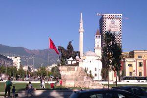 Der Skanderbeg-Nationalplatz in Tirana. Im Hintergrund entsteht Albaniens höchstes Gebäude. Bild: Hanne Schneider