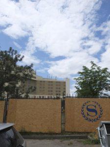 Das sich im Umbau befindende Sheraton Metechi Palace Hotel beherbergt die deutsche Botschaft